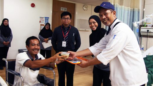 Royal Brunei Catering Gives Bubur Lambuk to RIPAS Patients During Ramadhan